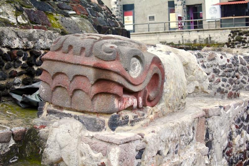 Fot. Tomasz Jakubowski / MojeWedrowki.pl / W臋偶owe g艂owy na ruinach piramidy Tenochtitl脿n